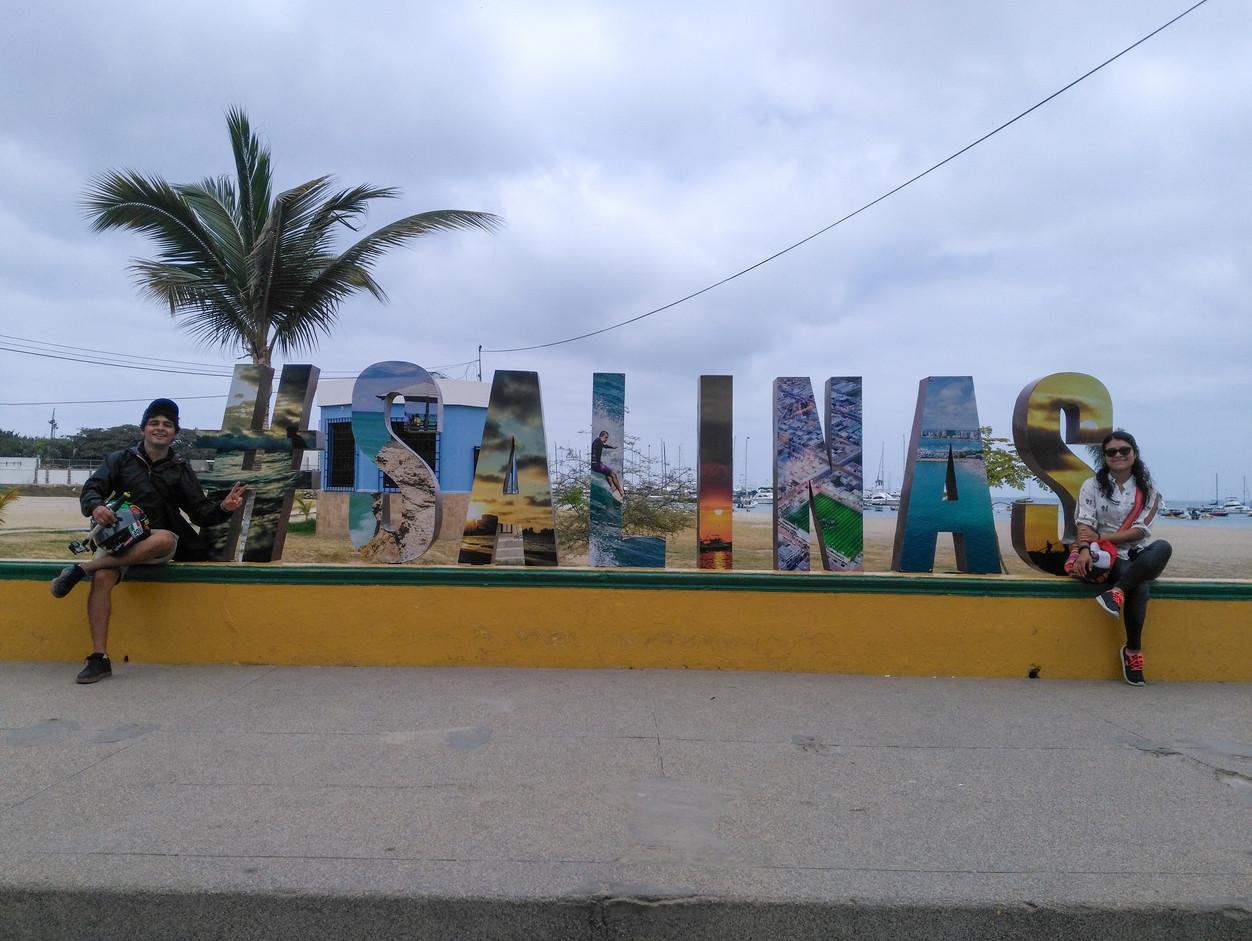 Letrero de Salinas en la playa
