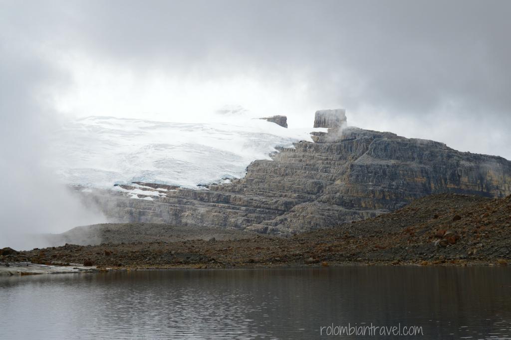 El Púlpito del Diablo y el Pico Nevado Pan de Azúcar desde la Laguna Grande de la Sierra