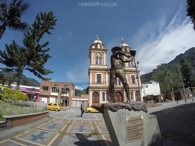 Iglesia San Miguel Arcángel y Monumento al Campesino Cajamarcuno-plaza principal de Cajamarca Tolima