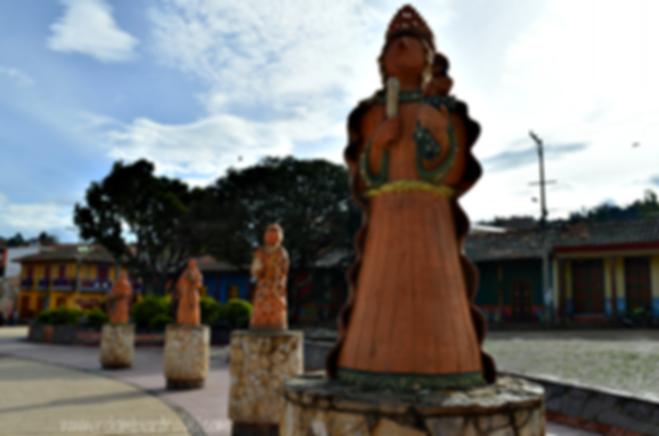 """""""Las otilias"""" esculturas en la plaza principal de Ráquira, Boyacá"""