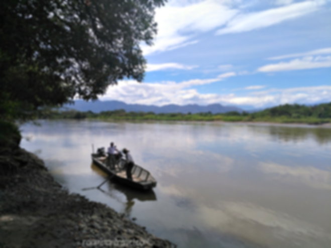 Cruzando el río Magdalena en La Victoria (Huila)