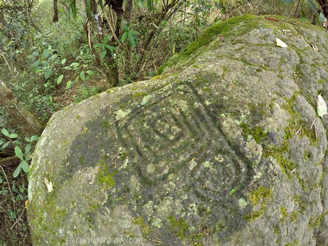 Petroglifos en la Piedra del parto en Parque Natural de Quininí (Cundinamarca)
