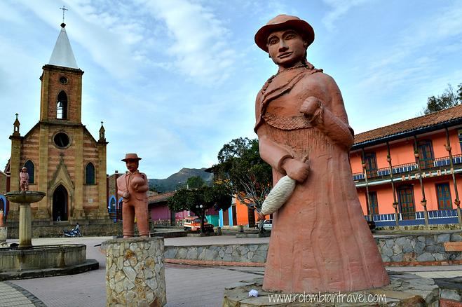 Esculturas en barro en la plaza principal de Ráquira, Boyacá