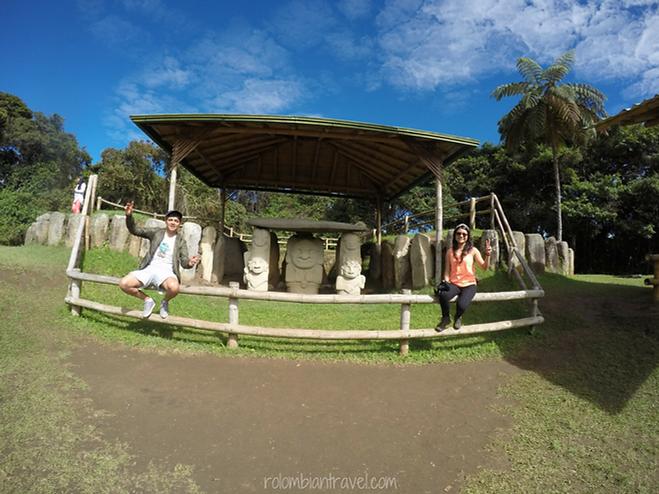 Estatuas en la Mesita B en el Parque Arqueológico San Agustín, Huila