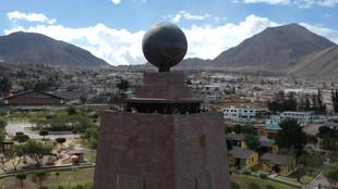 Vista aérea del Monumento a la Mitad del Mundo en Ecuador