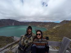 Despeinados por las fuertes ráfagas de viento en la Laguna de Quilotoa, Ecuador