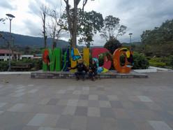 Foto con las letras de Mindo en Ecuador
