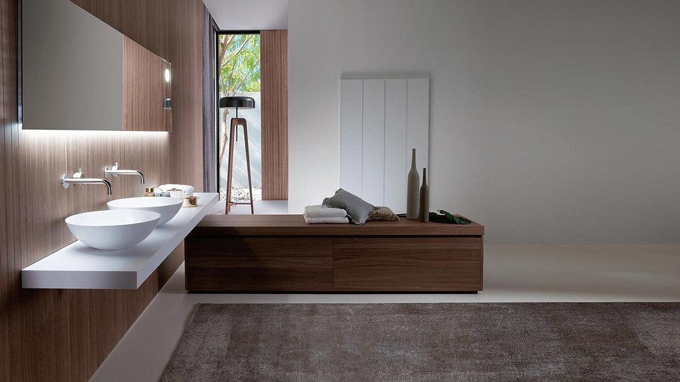 luxusní koupelna s dřevěným koupelnovým nábytkem s dvěma umyvadly na bílé monolithové desce typ Corian s velkým zrcadlem
