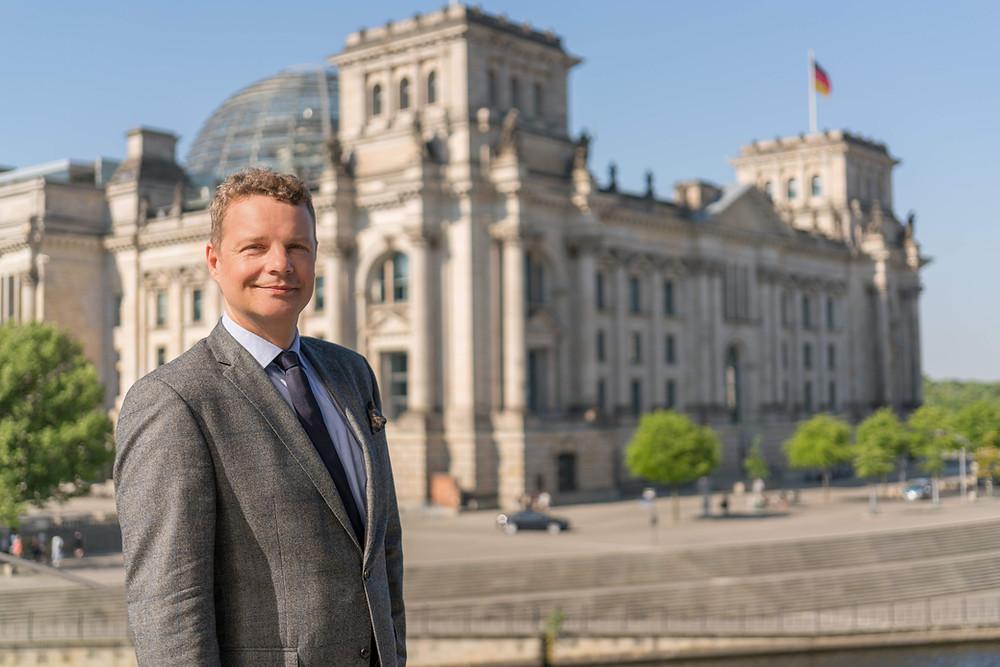 Jens Beeck vor dem Reichstagsgebäude.