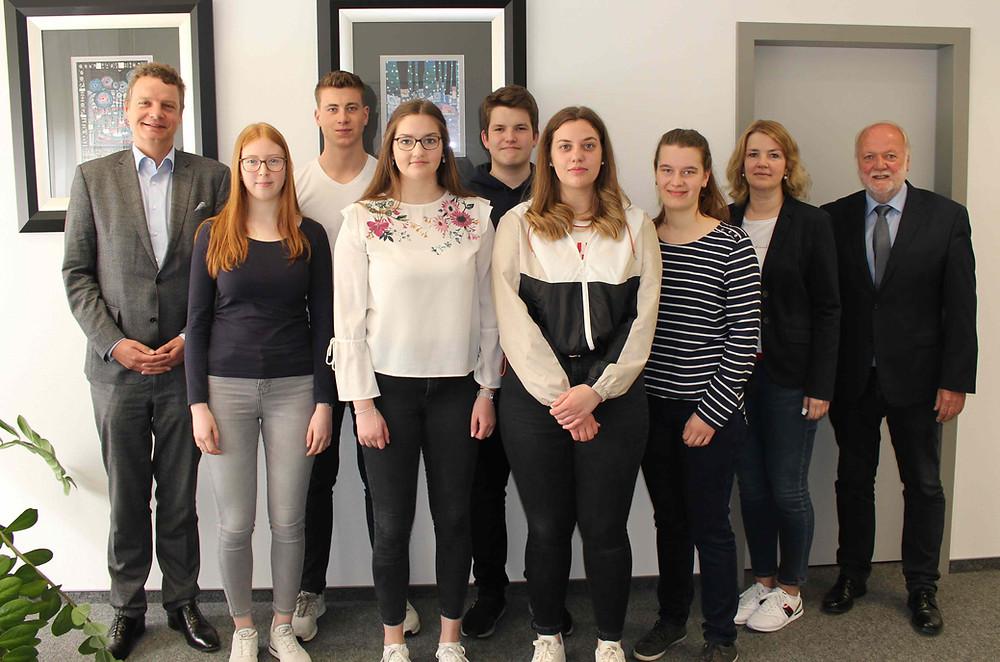 Jens Beeck mit Schülerinnen und Schülern.