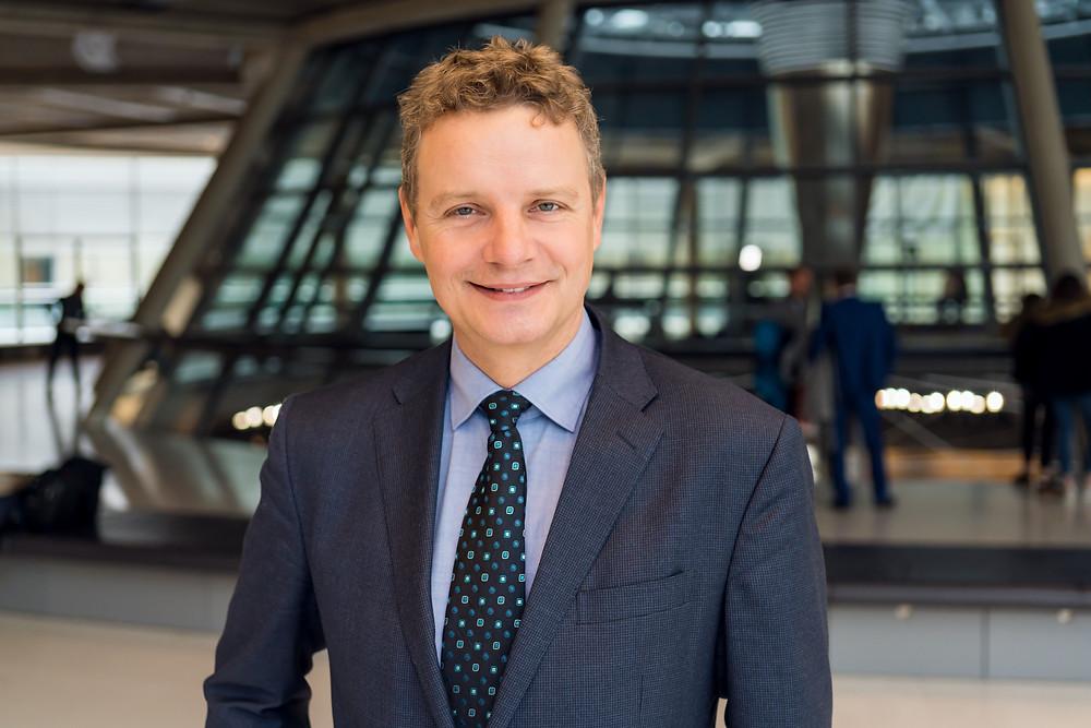 Jens Beeck auf der Fraktionsebene des Deutschen Bundestages.