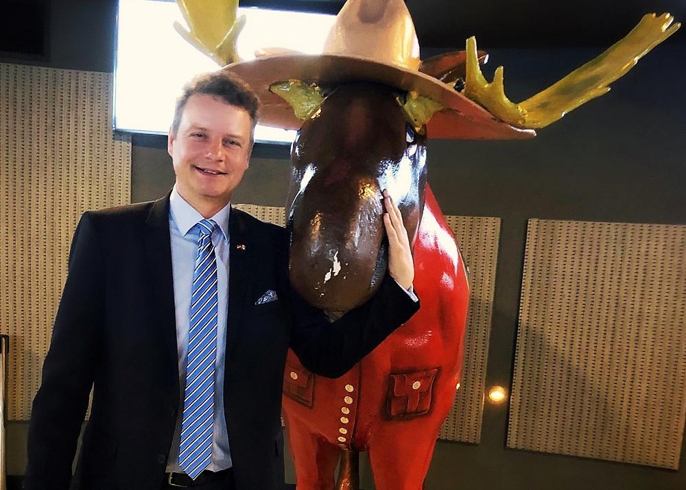 Jens Beeck mit einer Elchfigur.