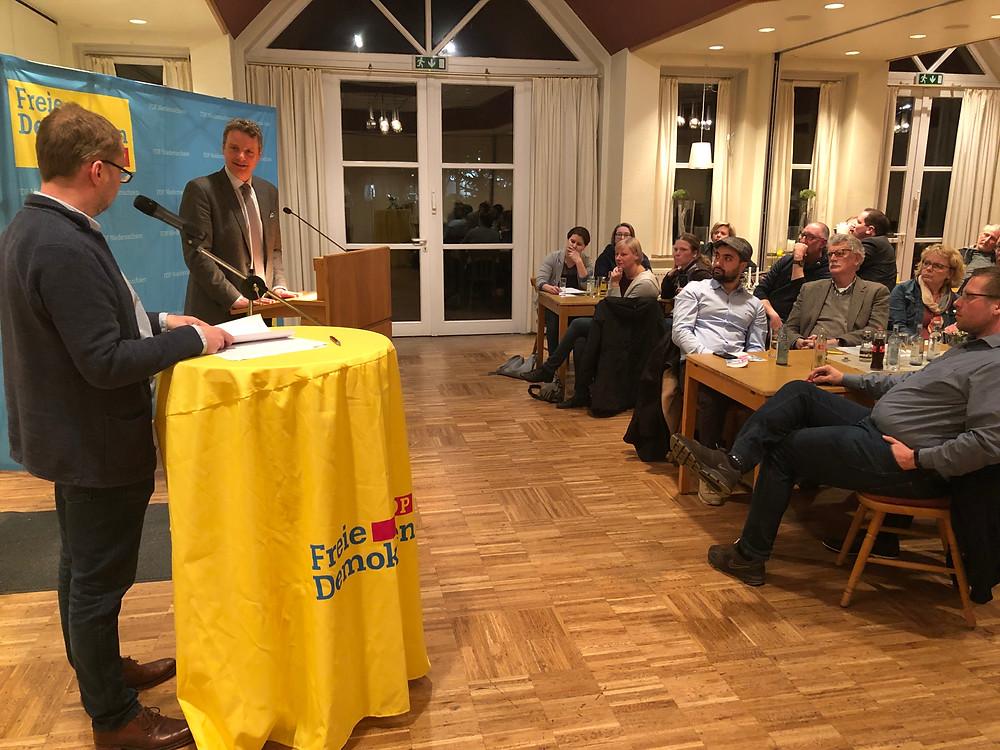 Jens Beeck an einem Rednerpult vor Gästen.