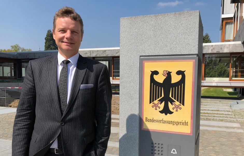 Jens Beeck vor dem Gebäude des Bundesverfassungsgerichts.
