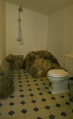 8 MAIN BATHROOM.JPG