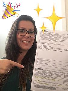 imagem de cliente feliz segurandoa quitação do seu documento