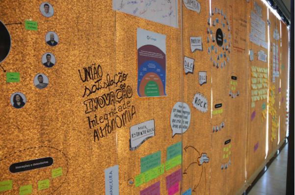 Fizemos um painel de papel kraft no nosso auditório e fomos formalizando tudo que fizemos durante a semana do Planejamento Estratégico