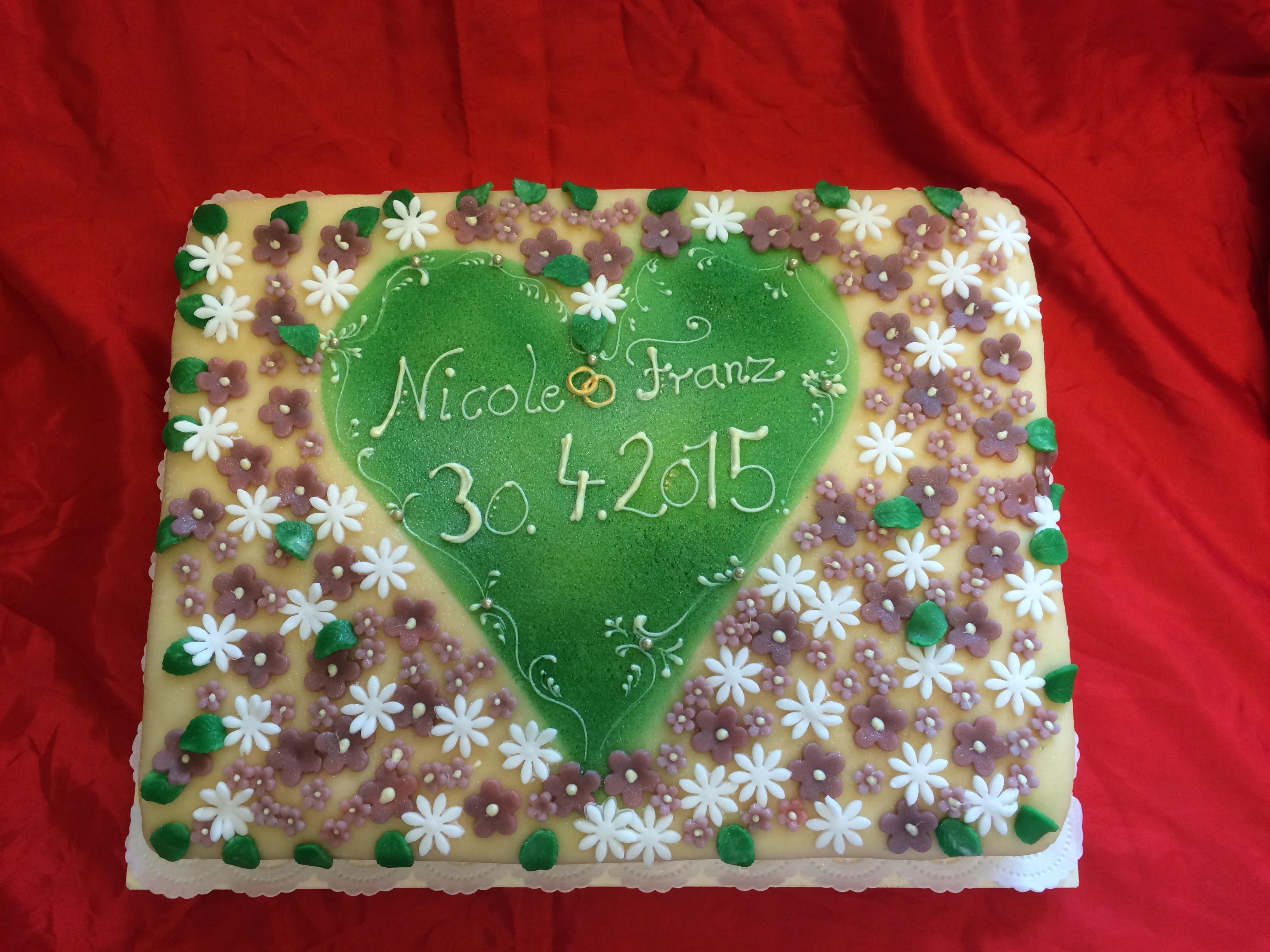 rechteckige Torte mit Blumen