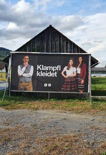Klampfl_kleidet_24_Bogen_Plakat_Hoschek_