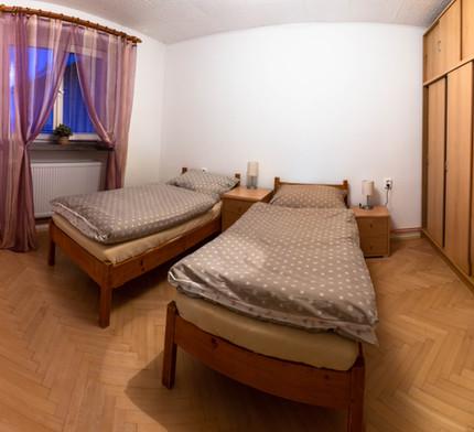 Ložnice se dvěmi postelemi