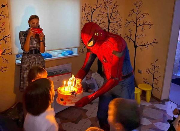 Человек -паук выносит торт