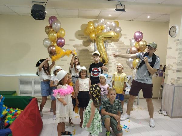 Ведущий блогерской вечеринки