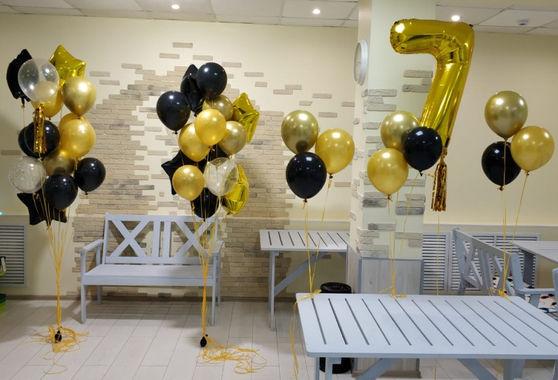 Золотая цифра 7 и фонтаны из хромовых шаров