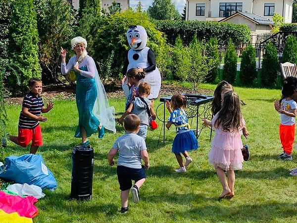 Эльза и Олоф танцуют с детьми.jpg