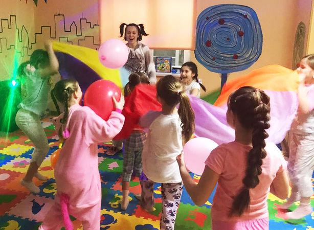 Пижамная вечеринка_все танцуют.jpg