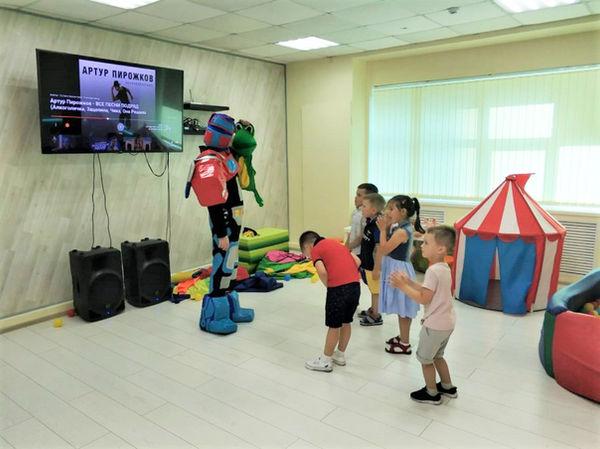 Оптимус Прайм играет с детьми