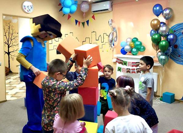 Стив и дети строят стену
