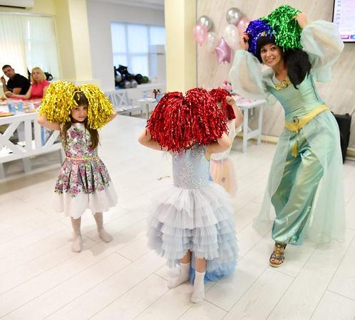 Аниматор Жасмин танцует с детьми