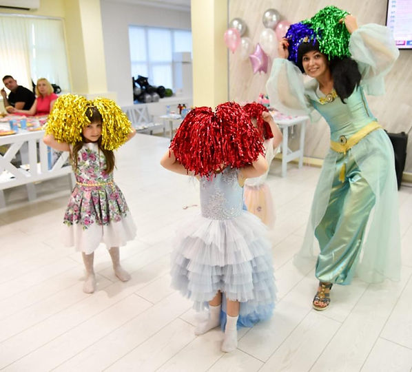 Жасмин танцует с детьми.jpg