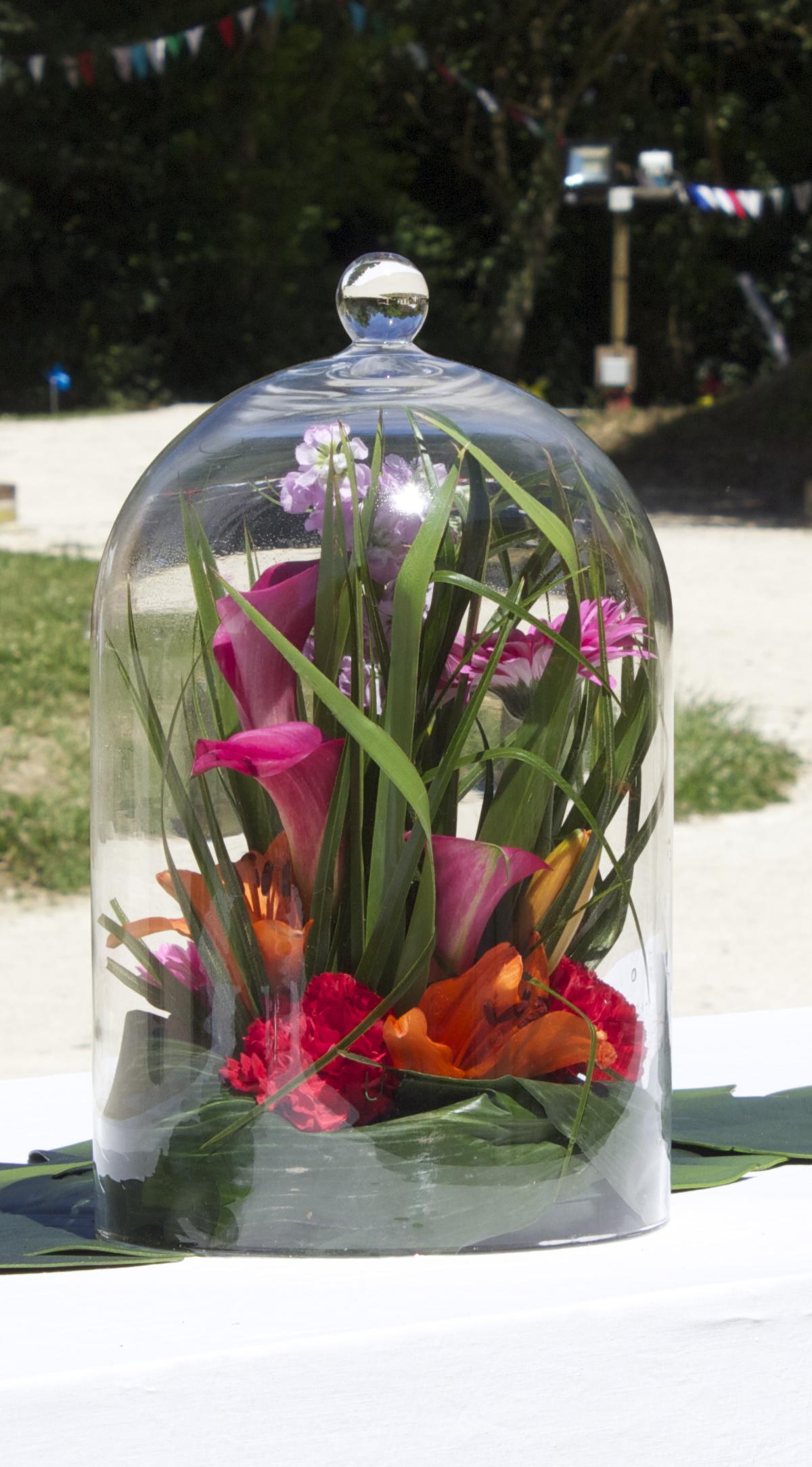 composition florale sous cloche