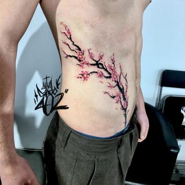 Tatuajes realistas en InkCubo Sevilla, flor de cerezo