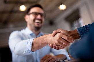 Business people shaking hands..jpg