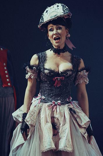 Нонна Гришаева в спектакле «Соломенная шляпка», фото Яны Овчинниковой