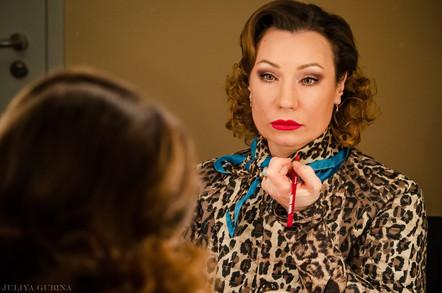 Ольга Тумайкина в гримерке во время подготовки к спектаклю