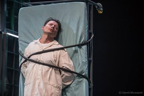 """Александр Олешко в спектакле """"Где мы?∞!..."""". Фото: Сергей Милицкий"""
