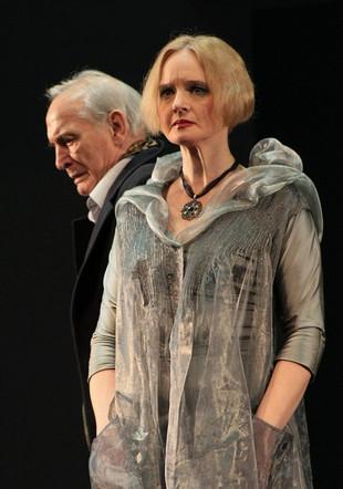 Елена Сотникова и Василий Лановой. Фотография спектакля «Последние Луны», 2014 год