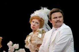 Михаил Васьков и Ольга Тумайкина. Фотография спектакля «За двумя зайцами», фото: Валерий Мясников