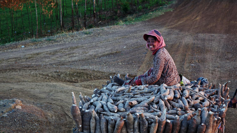 Une femme souriante sur sa récolte!