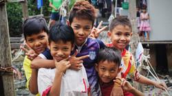 les enfants birmans dans leur bidonville