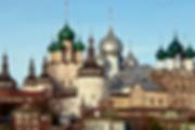 """Достопримечательности Ростова Великого. Вид на галерею  эмали """"Хорс"""" и ростовские купола со стороны озера Неро"""