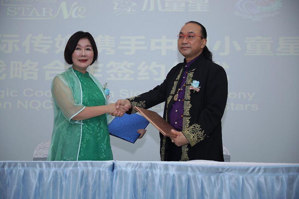 Pengerusi NQ Cultural Commercial SB, En. Mazlan Goh  bertukar perjanjian MoU bersama Madam Pan LiPing, Ketua Pegawai Eksekutif, China Little Kid Star
