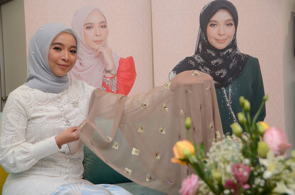 Daeng Hamizah memperlihatkan koleksi mewah tudung Bawal Exclusive bernilai RM9600