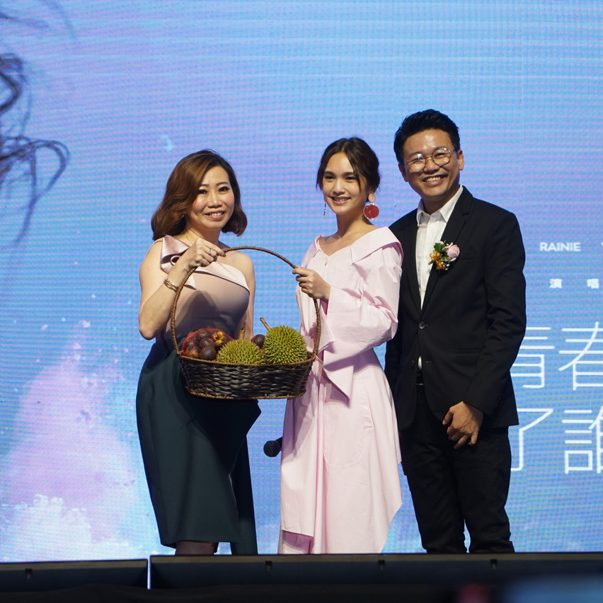 From left Jessica, Rainie Yang , Chris W