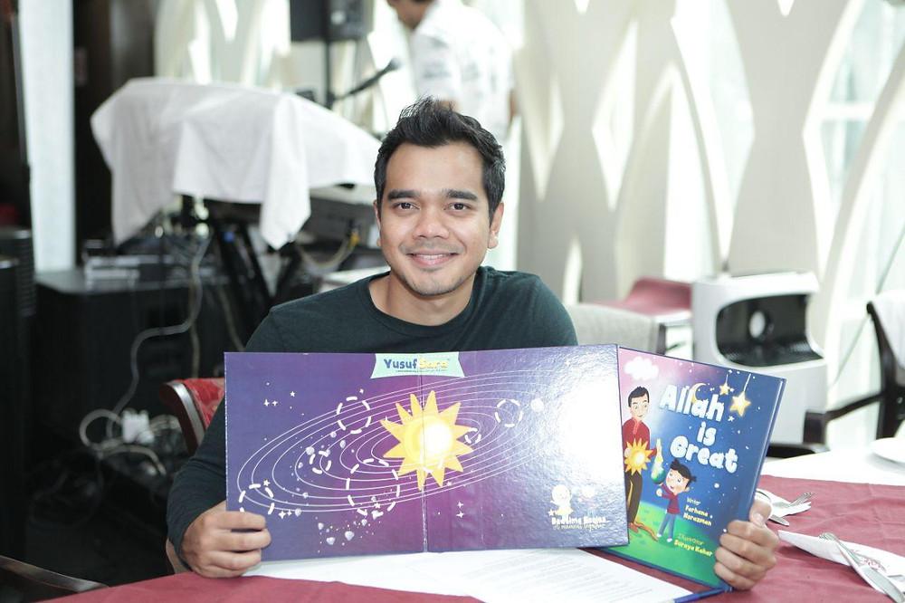 Alif Satar turut memperkenalkan buku bacaan kanak-kanak berjudul Allah Is Great.