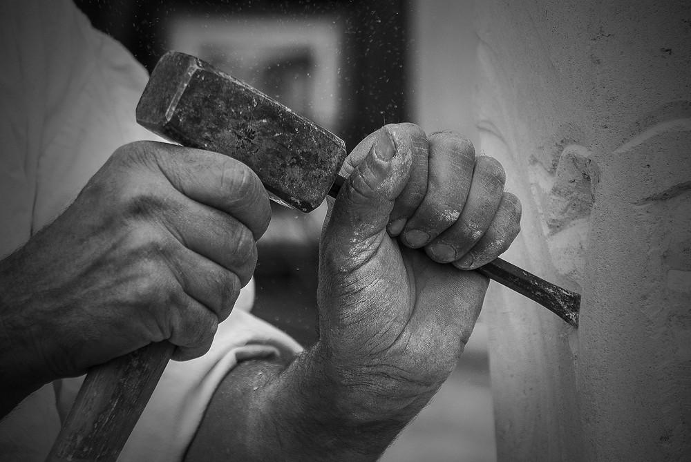Le tailleur de pierre, métaphore, hypnose et thérapie à distance