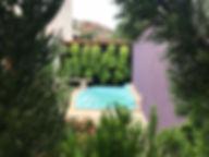 piscina com muro verde.jpeg